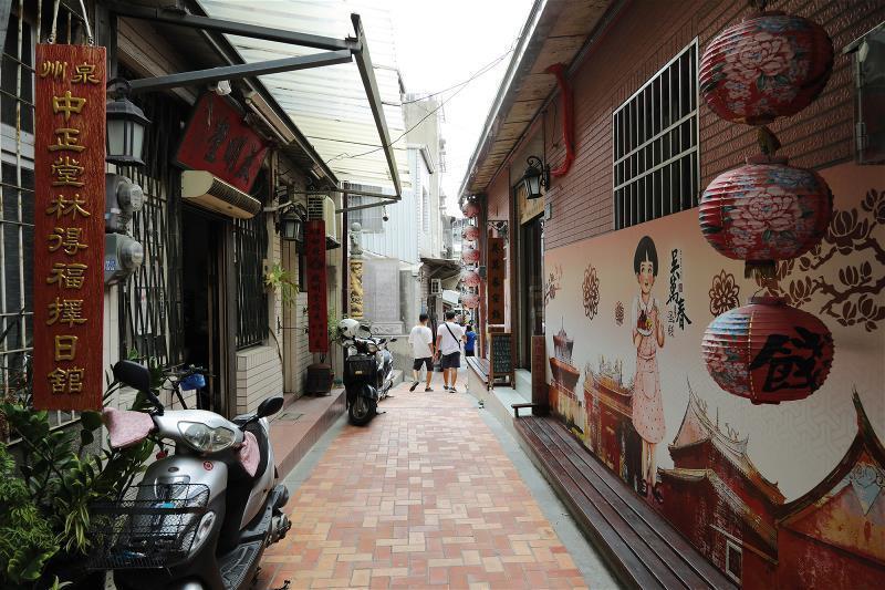 踏上台南市武廟旁的 抽籤巷與算命巷, 即《葫蘆巷春夢》所說的葫蘆巷,可以感受 葉...