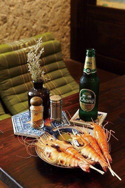 烤大頭蝦220元/5隻/現抓直接養殖的大頭蝦,搭上一旁醬料,一度懷疑置身在泰國。...