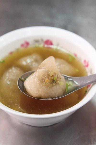 貓耳湯45元/貌似水晶餃的手工貓耳朵,油蔥豬肉餡有嚼勁,越吃越入味。
