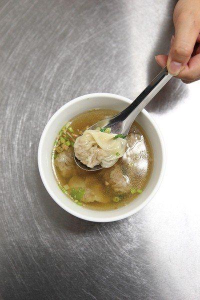 餛飩湯30元/在輕薄餛飩皮中,是鮮甜的溫體豬肉餡,清爽的口感,即使炎夏也不覺有負...