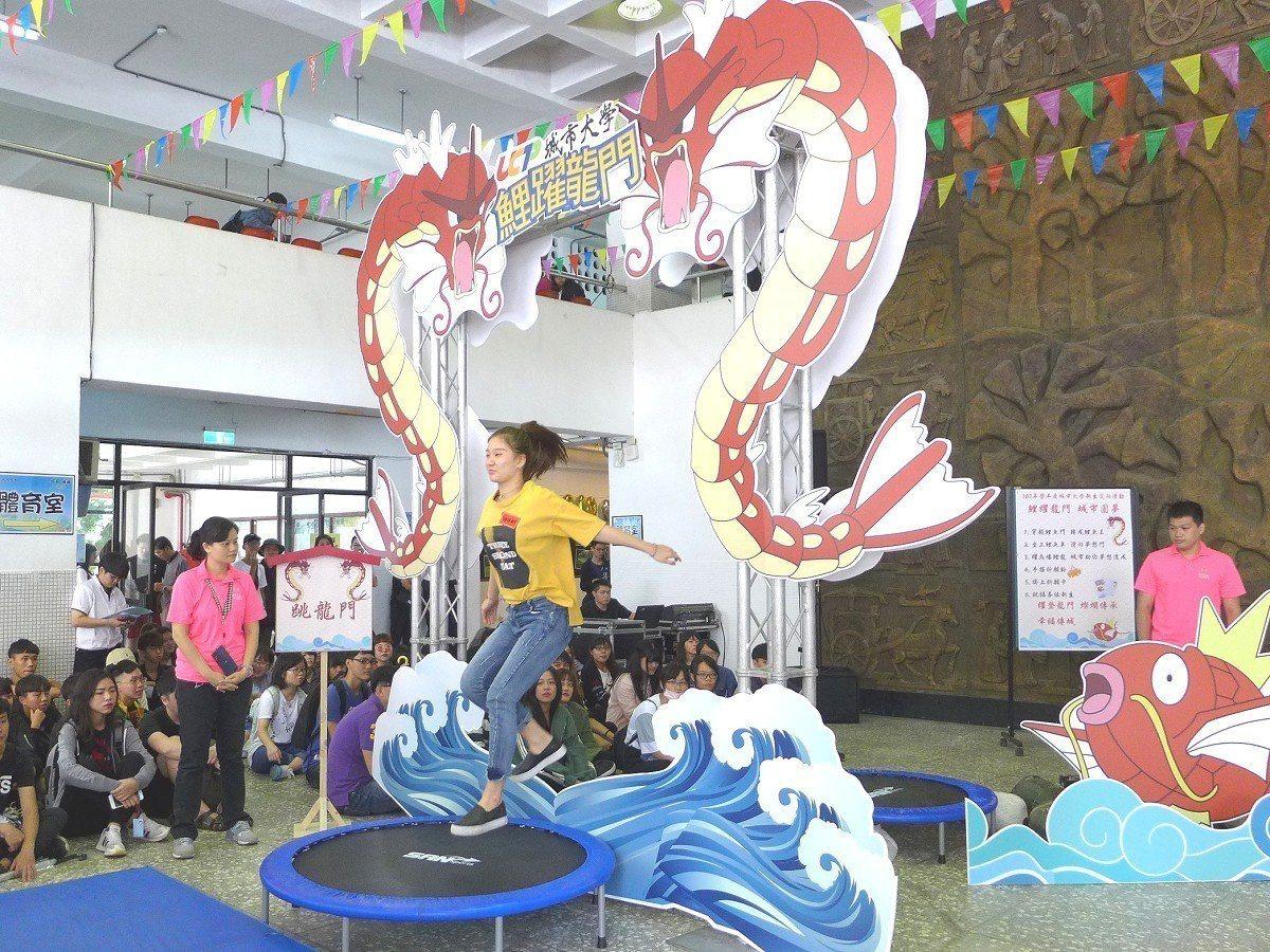 臺北城市科技大學舉辦「鯉躍龍門、城市圓夢」活動,學生坐進用滑軌還有寶可夢當中的鯉...