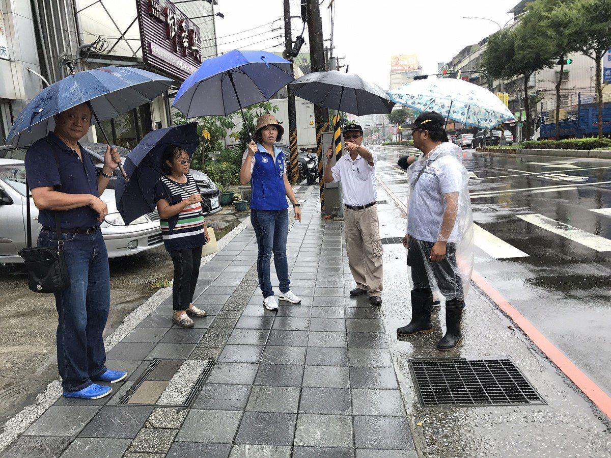 汐止區大同路、同興路口在暴雨時成了大水池,市議員白珮茹(中)要求先清理水溝暢通,...