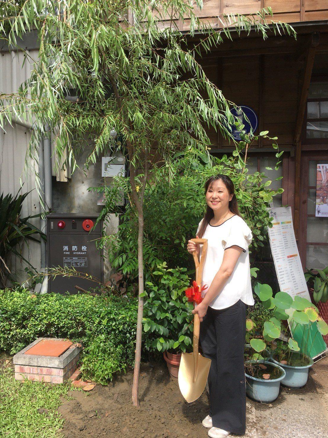 台南柳屋經營者 第4代柳下昌子來台在屋前植柳 圖/十八卯提供