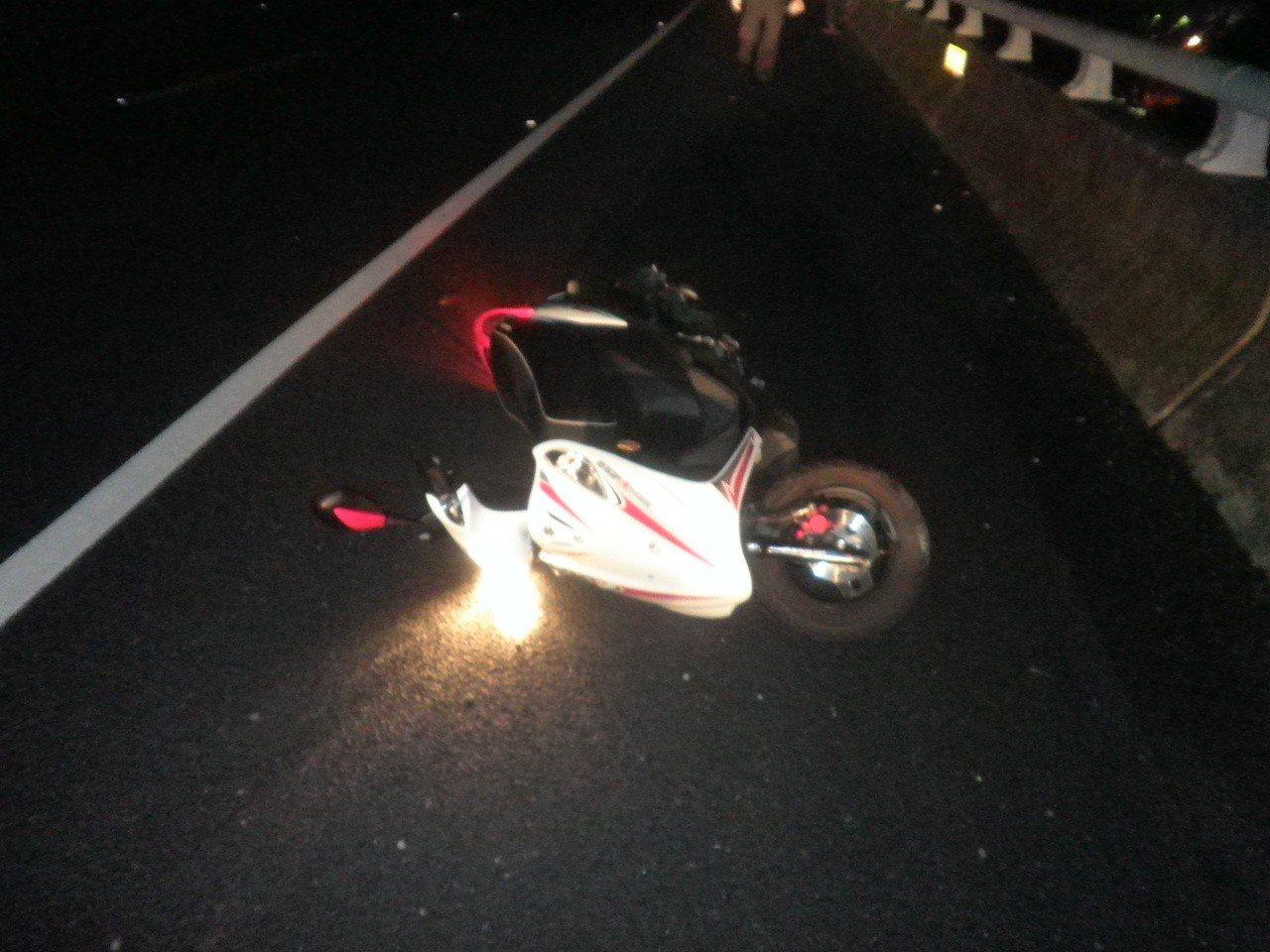林姓少年今凌晨騎上國道十號逆向行駛,與貨車擦撞倒地死亡。記者林伯驊/翻攝