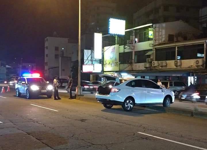台中市北區精武路昨晚有休旅車衝上安全島。圖/擷自臉書「爆料公社」