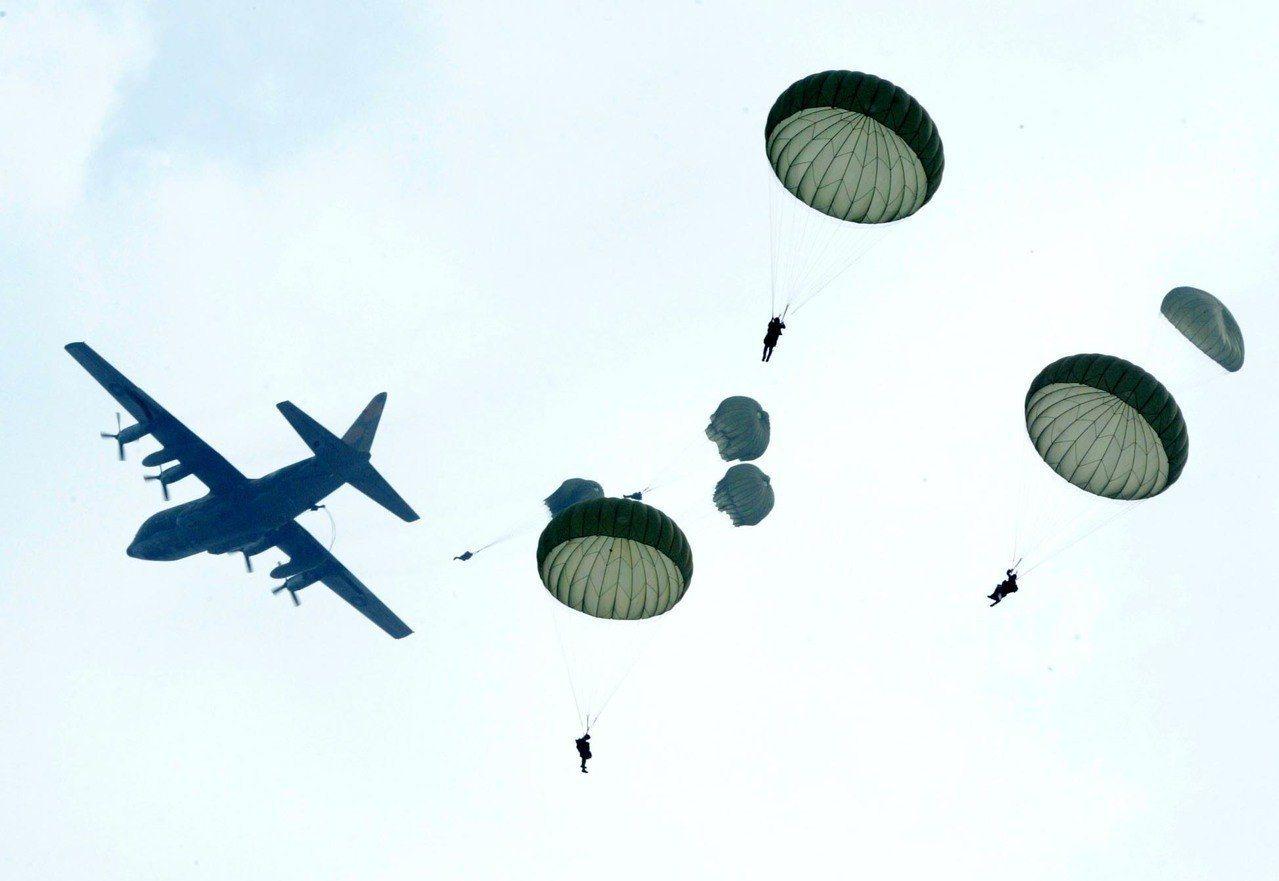 傘兵實施空降。聯合報系資料照