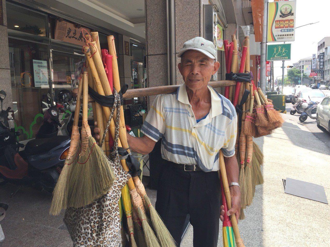 80歲陳阿男擔著掃帚在台南新營區沿街叫賣。記者吳政修/攝影