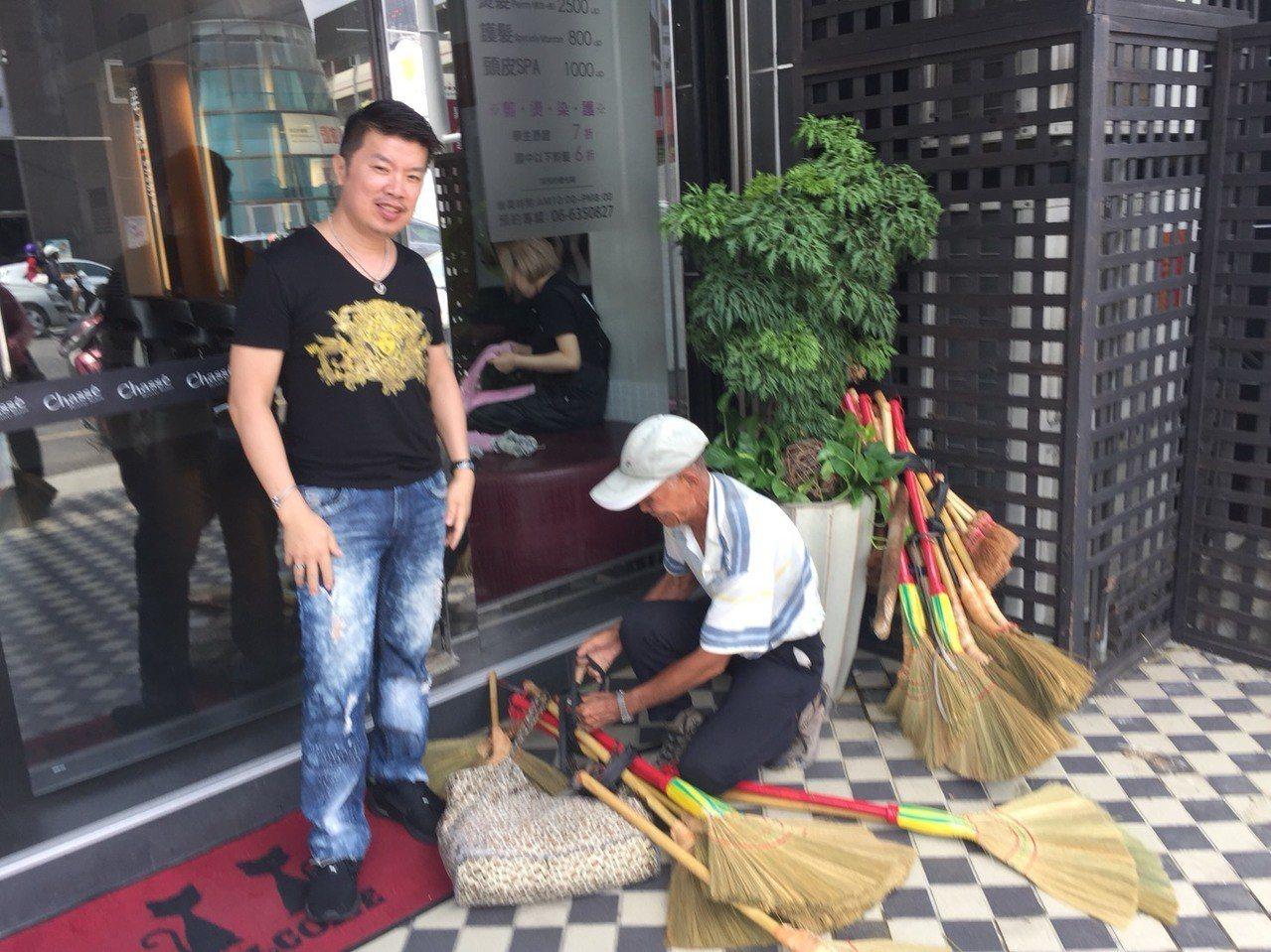 80歲陳阿男擔著掃帚在台南新營區沿街叫賣,美髮院每次看他經過一定會購買 。記者吳...