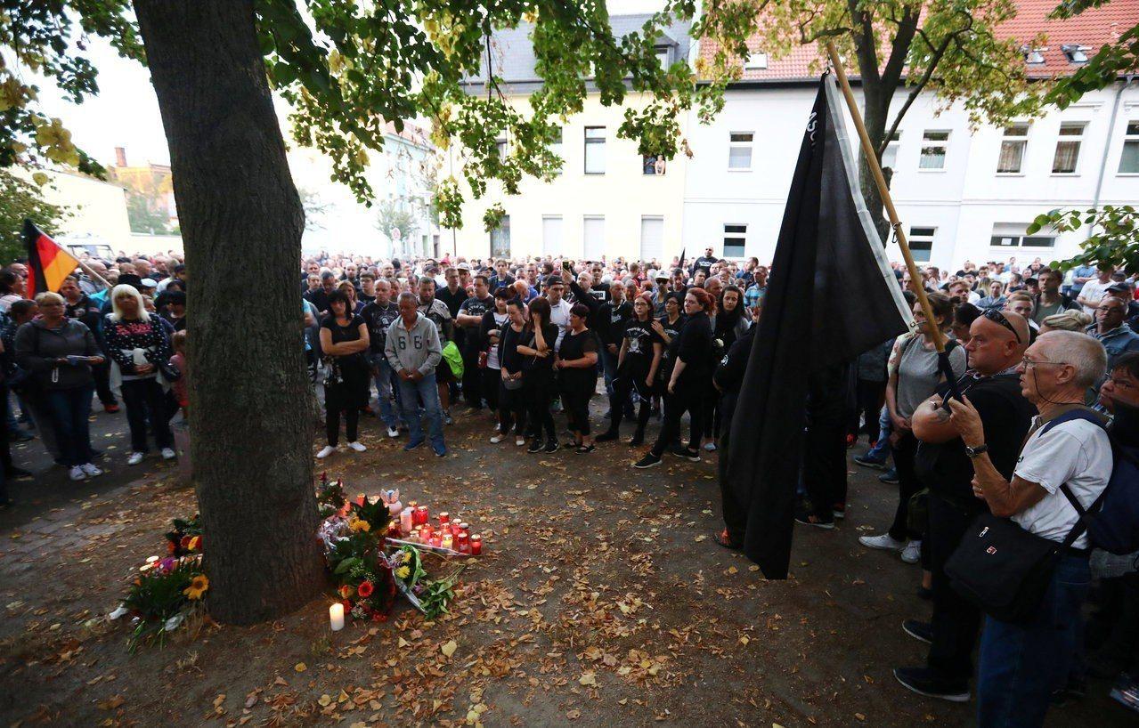 一名22歲德國青年在與3名阿富汗難民發生爭執後死亡,反移民極右派人士集會哀悼。路...