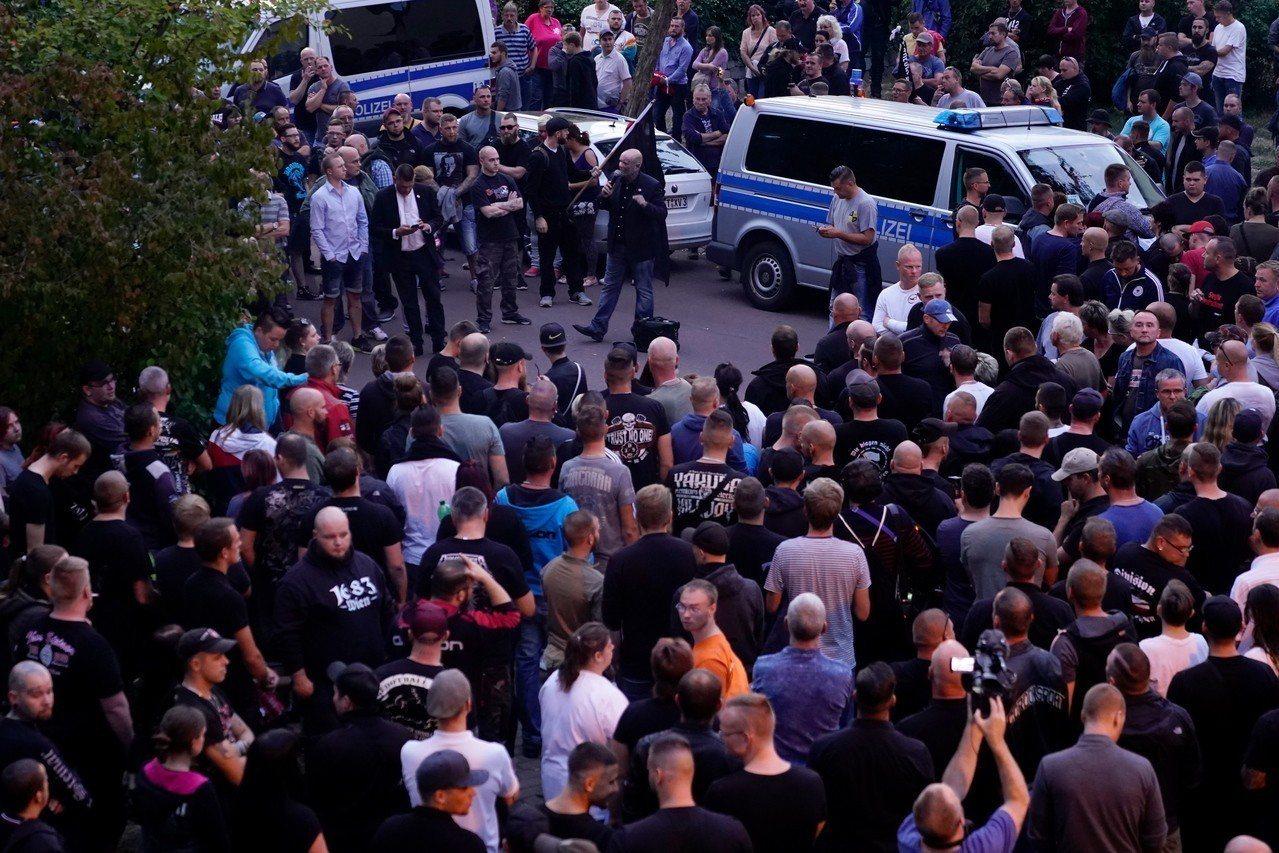 一名22歲德國青年在與3名阿富汗難民發生爭執後死亡,反移民的極右派人士舉行哀悼遊...