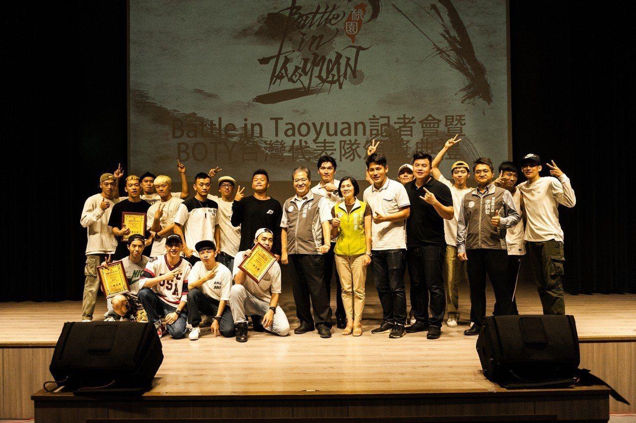 多隊B-BOY街舞好手昨天在中壢接受頒獎。圖/TC舞蹈休閒館提供