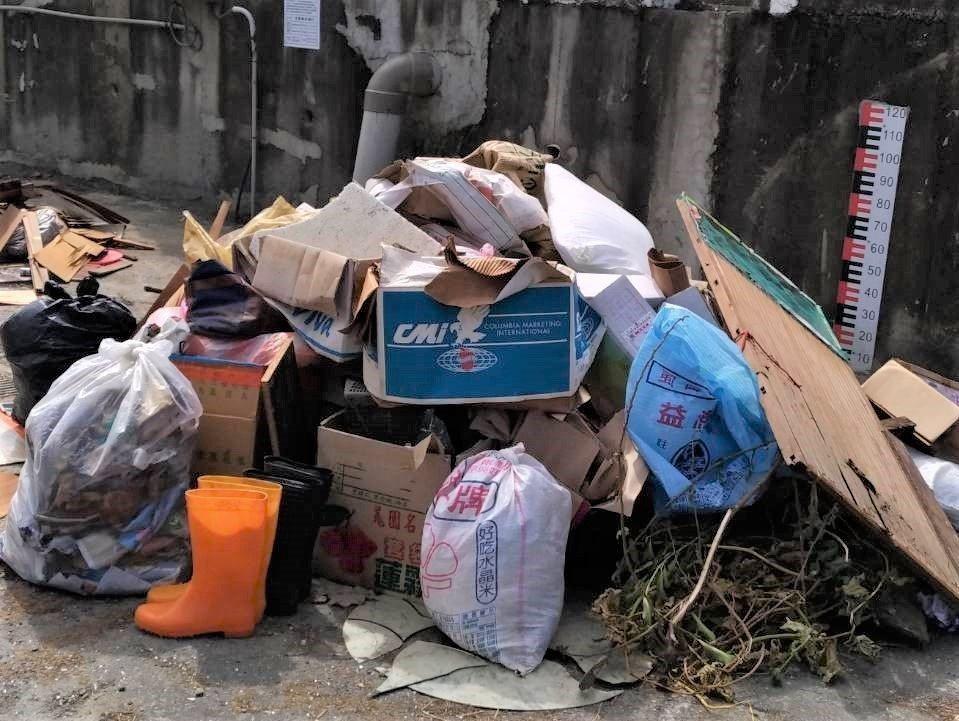 嘉義縣海區許多村落、街頭,堆放大量災民清理出的淹水家具、垃圾。記者卜敏正/攝影