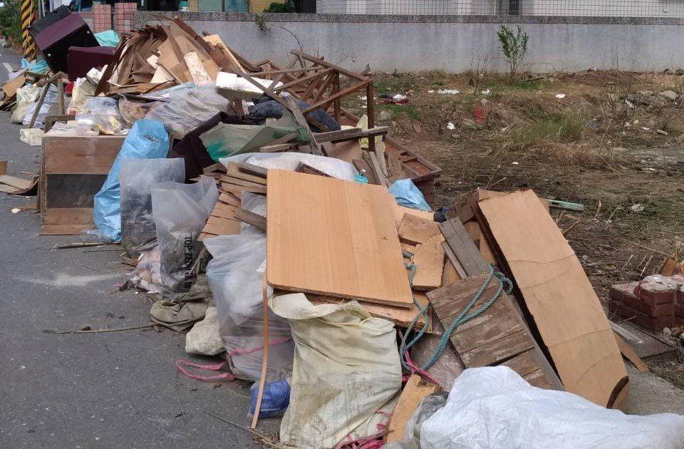 嘉義縣海區許多村落、街頭,堆放大量災民清理出的淹水家具。記者卜敏正/攝影