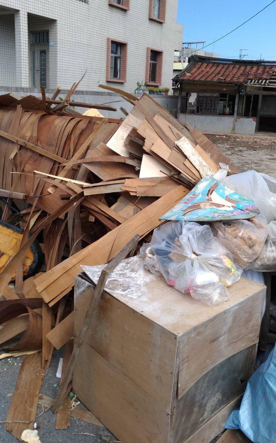 義竹鄉各村落街頭,仍堆放許多災民清理出的淹水家具。記者卜敏正/攝影