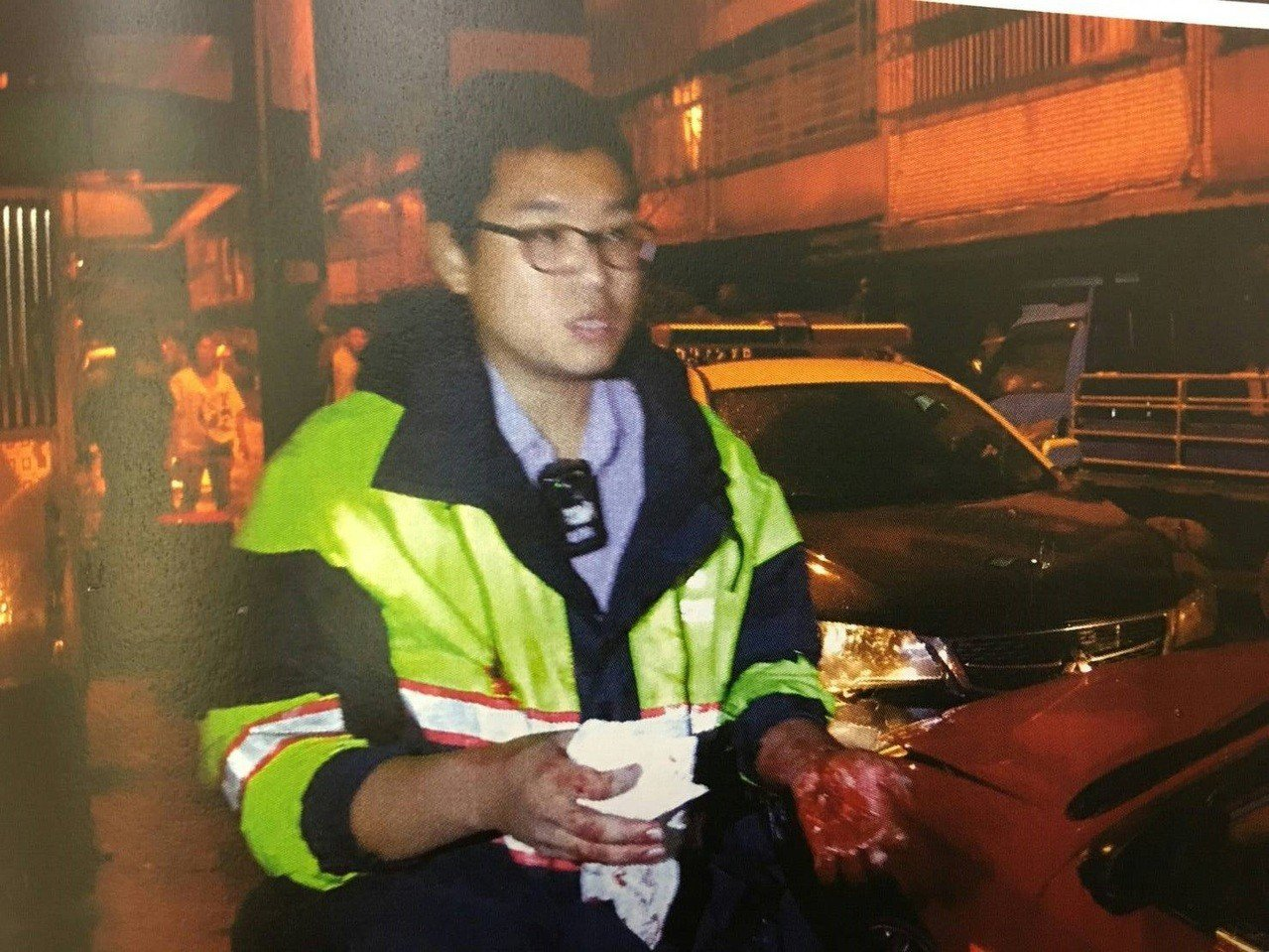 警員擊破車窗逮人手也受傷。記者鄭國樑/翻攝