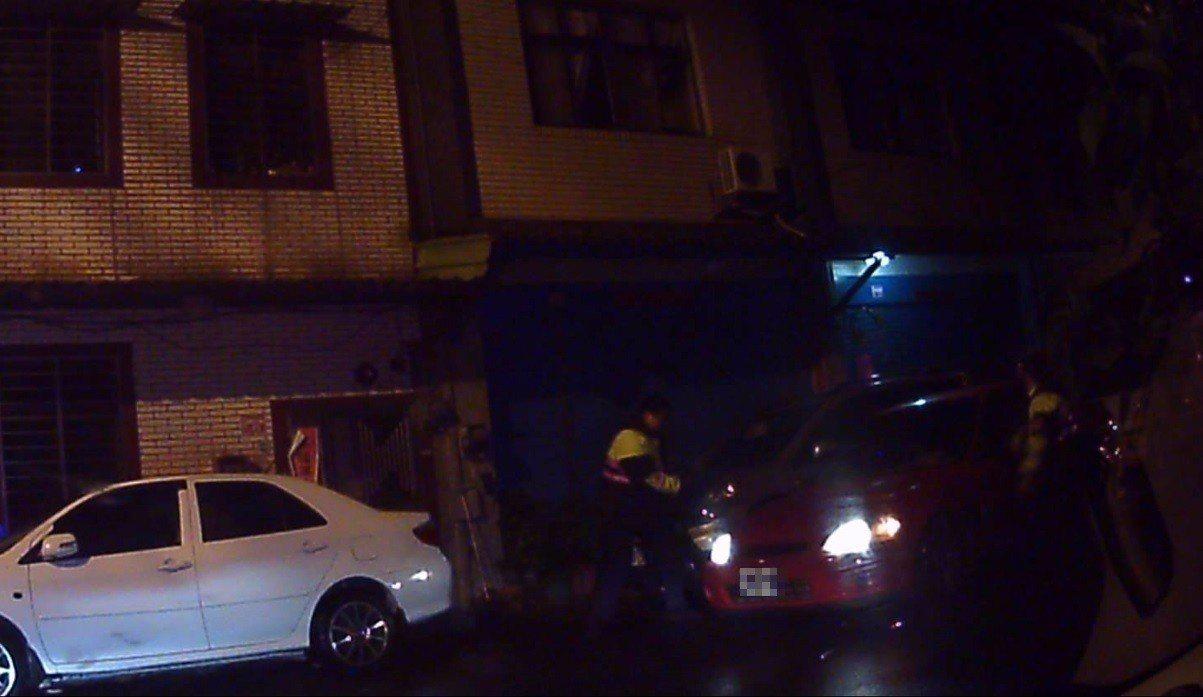 警方攔下贓車(右)後喝令歹徒下車。記者鄭國樑/翻攝