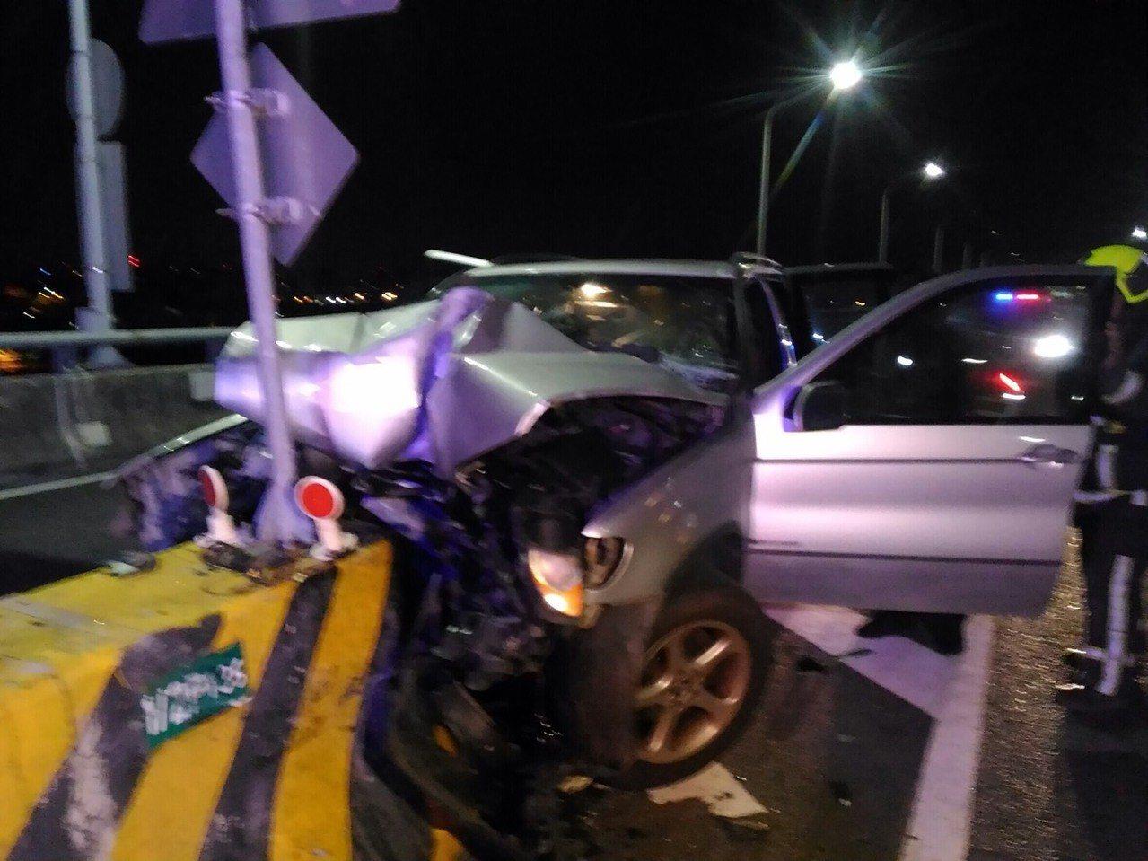 台中市中彰快速道路今天凌晨發生轎車撞安全護欄車禍。圖/台中市消防局提供