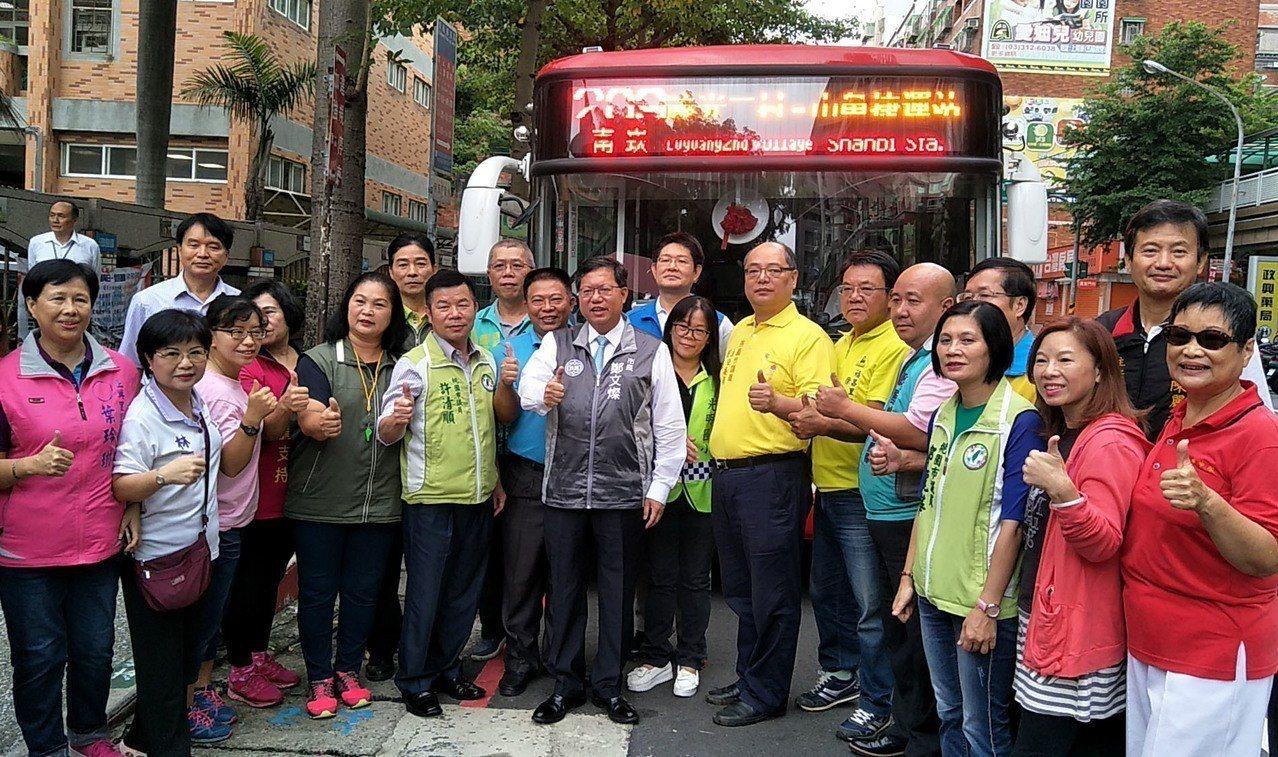 桃園市長鄭文燦(圖中)和民代、市民一起慶賀209公車路線調整啟用,新路線繞經蘆竹...
