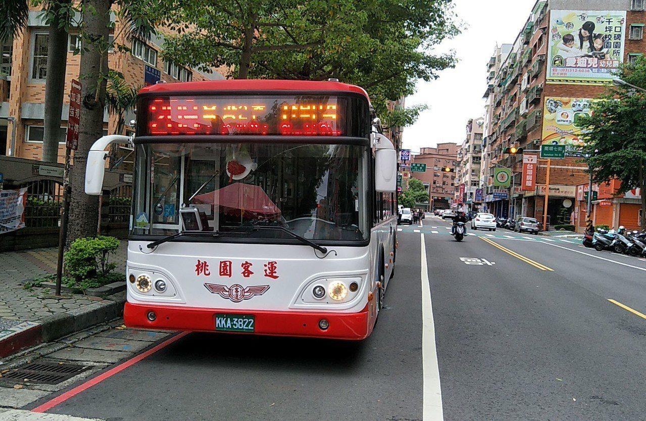 桃園市長鄭文燦主持209公車路線調整啟用,新路線繞經蘆竹下南崁地區,受到市民歡迎...