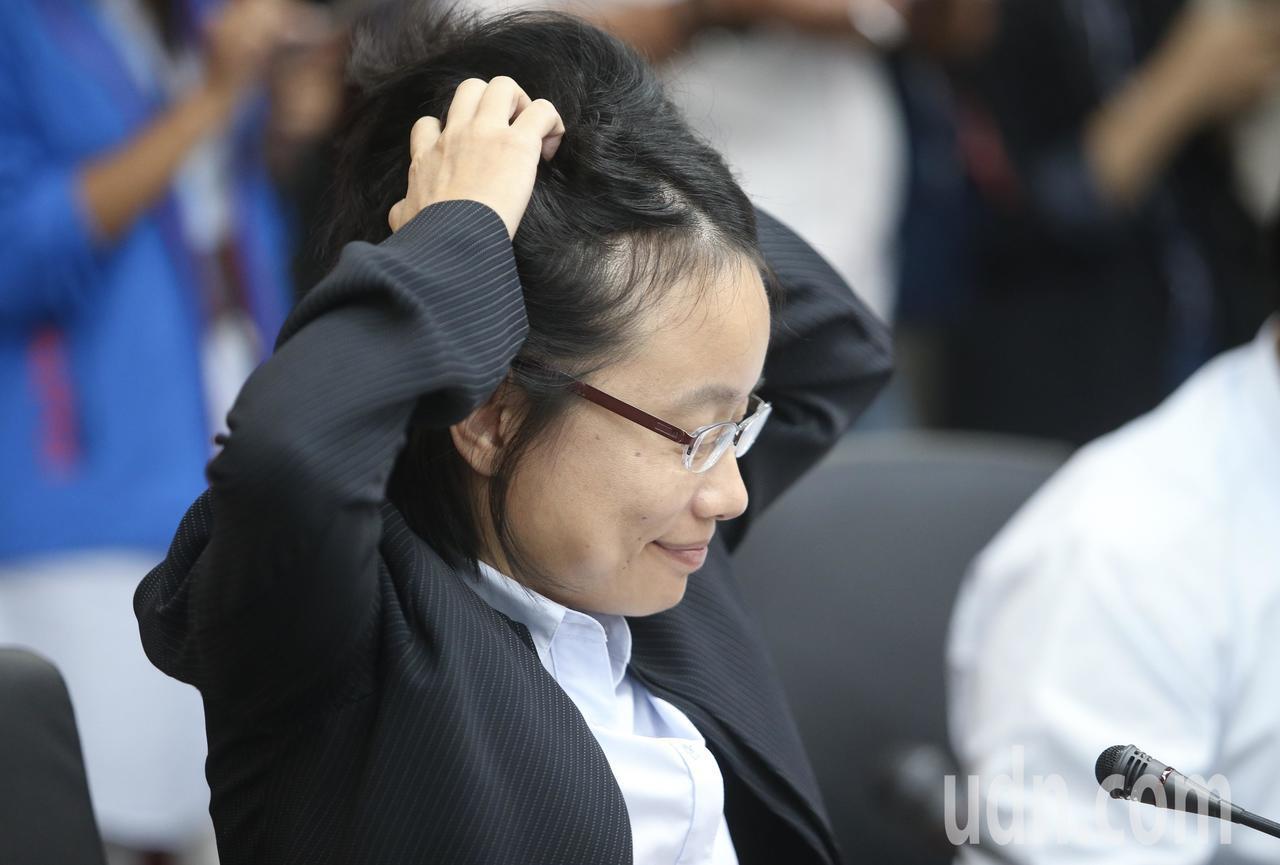 北農總經理吳音寧上午出席北市府會議,針對第一果菜市場改建案進行報告,會議間雙手抓...