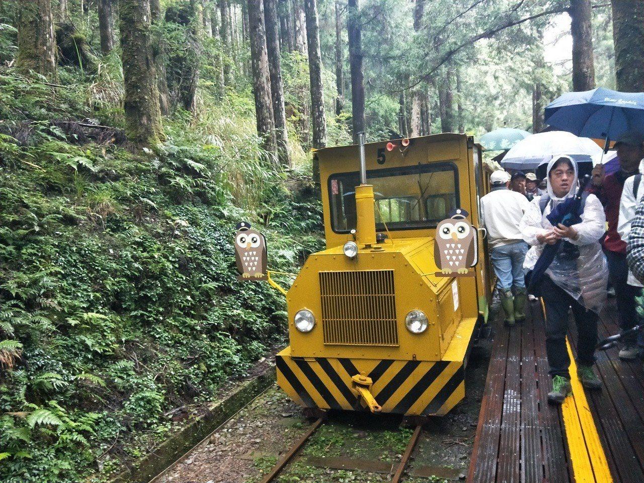 蹦蹦車行駛在鐵道上。記者江婉儀/攝影