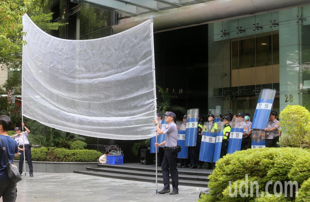 針對台南市慰安婦人權平等促進會8月在國民黨台南市黨部旁豎立慰安婦銅像,遭日本「慰...