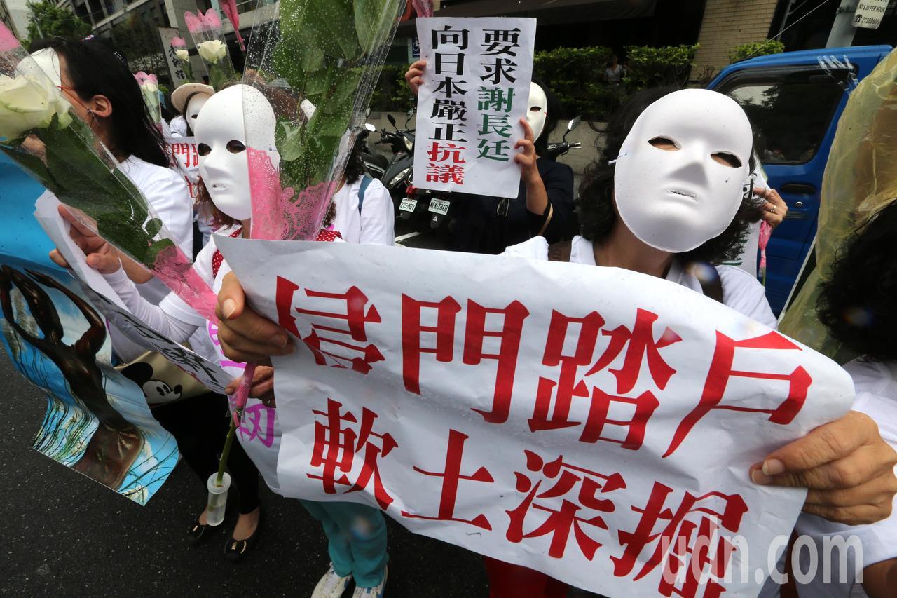 針對台南市慰安婦人權平等促進會8月在國民黨台南市黨部旁豎立婦安慰銅像,遭日本「慰...