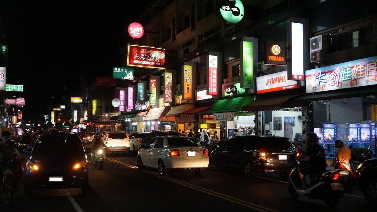 台中市霧峰仁商圈是知名的美食商圈,平日人車多,停車難且行路難,議員遠議闢徒步區。...