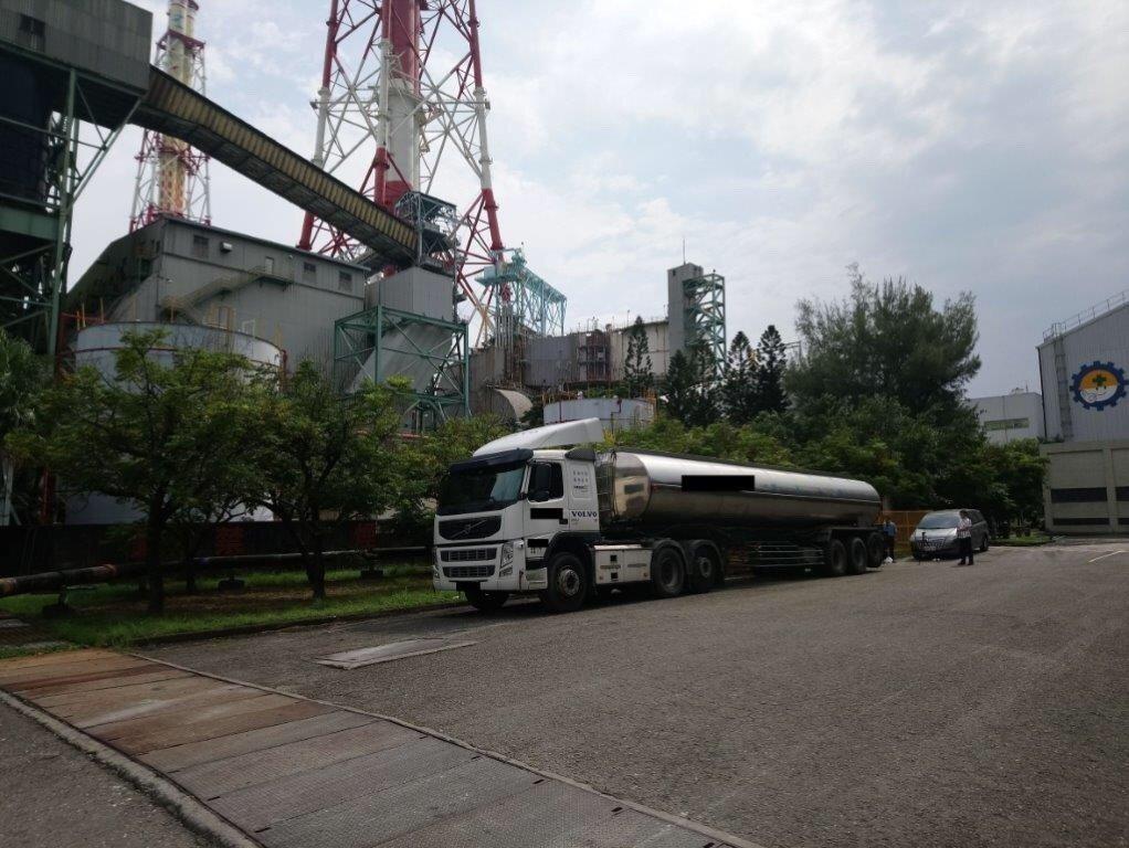 檢廉上周四前往台電興達廠搜索,當場扣得涉偷油的永有全公司油罐車。記者林伯驊/翻攝