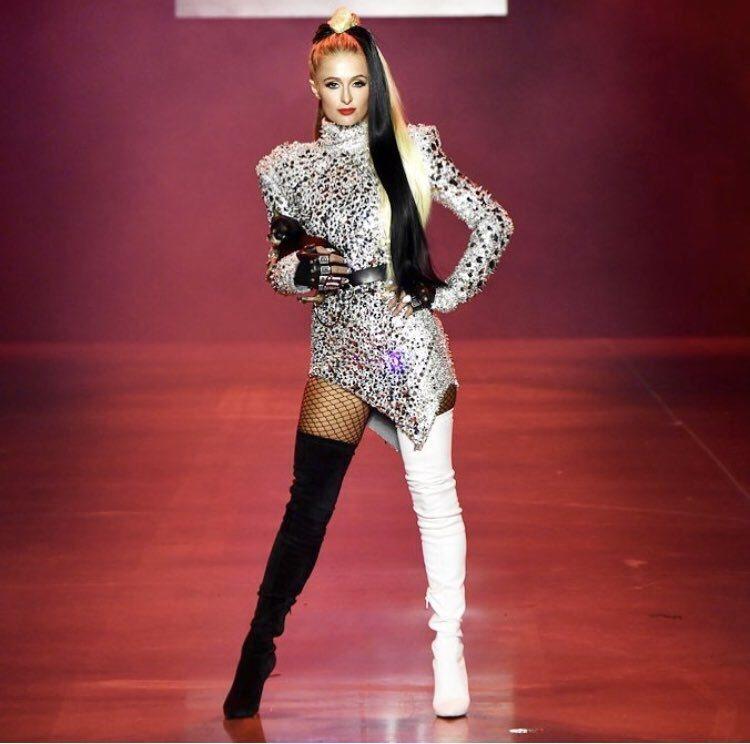 The Blonds邀請名媛派瑞絲希爾頓(Paris Hilton)來走秀,化身...