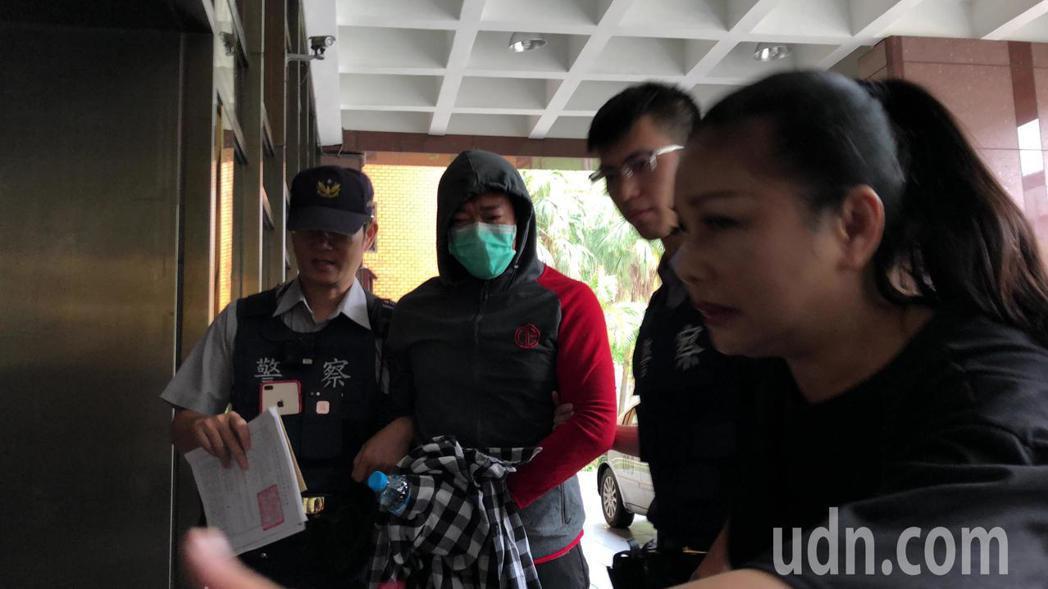 藝人江俊翰(左二)吸安毒交保三萬元。記者張宏業/攝影