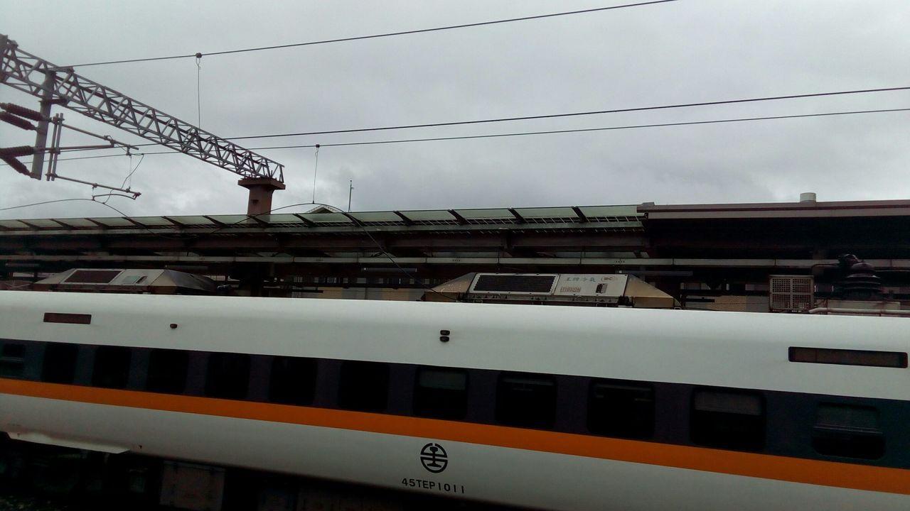 408次今早在行經玉里站時,因後部機車集電弓受損,車上312 名旅客改由其他班次...