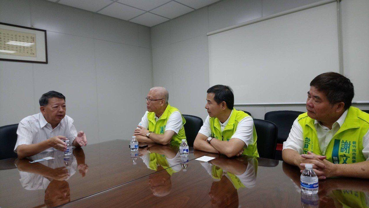 參選新竹市長的無黨籍議長謝文進(左二),今天與新民意問政聯盟議員走訪新竹科學園區...