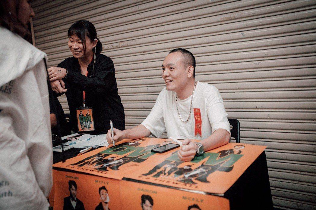 玖壹壹自願在門口當接待櫃檯。圖/野火娛樂提供