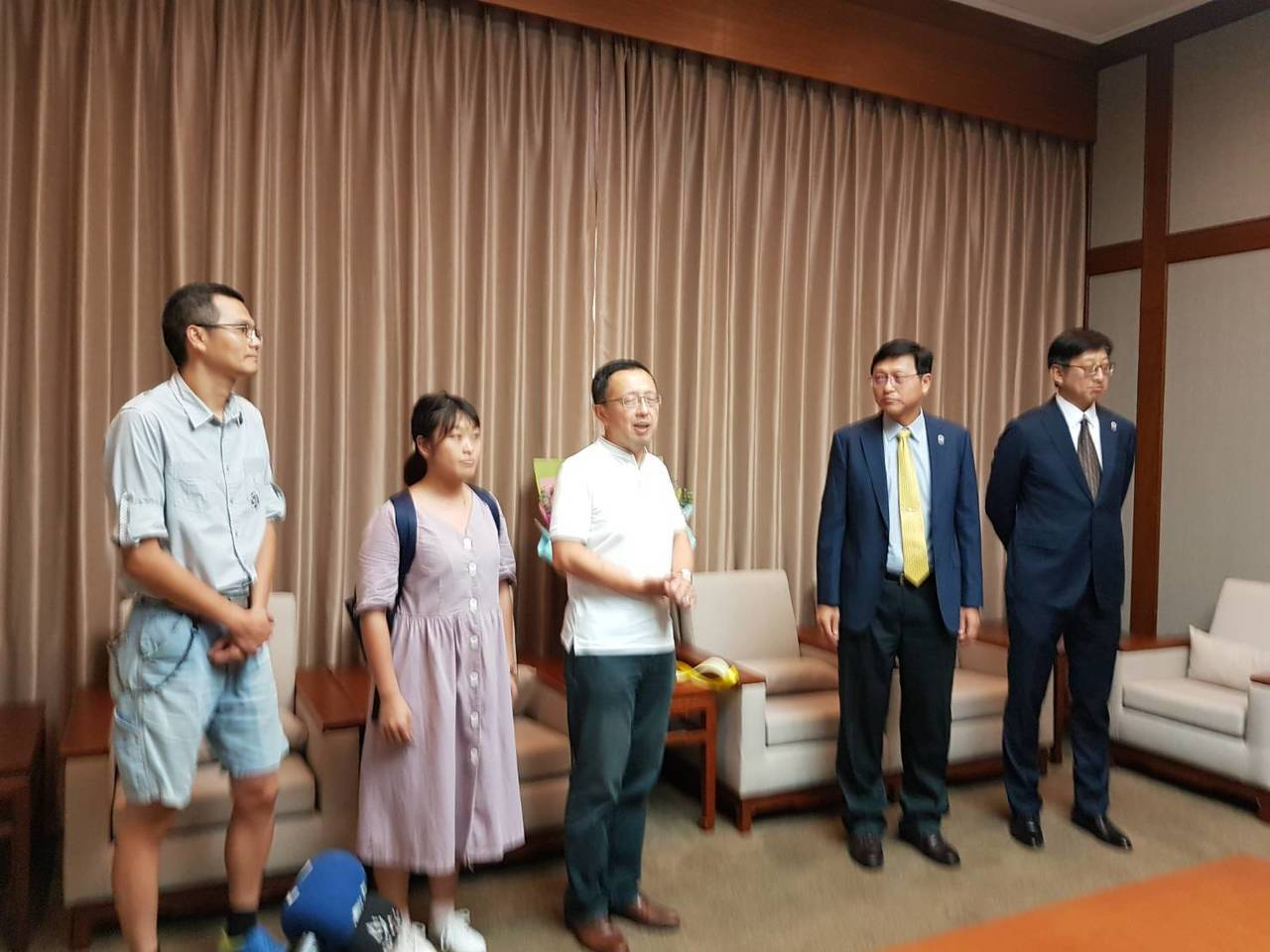 台大自主臉盟成員、政治系教授蘇宏達(中)表示,台大如今陷入此僵局,最大的權力者(...