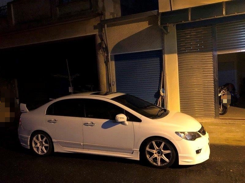 台南市蘇姓男子車子擋住住戶出入口,警方因此查獲毒品案件。記者徐白櫻/翻攝