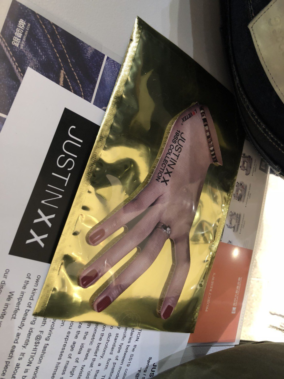 秀上的「一隻手」魔鬼氈,意義彷彿是這場秀的「#hashtag」。記者楊詩涵/攝影