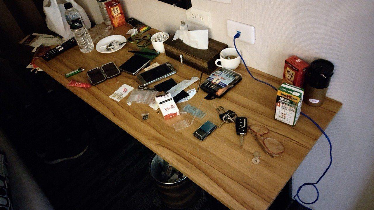 警方在房內桌上查獲一包第二級毒品安非他命、安非他命吸食器及K盤等物。記者張媛榆/...