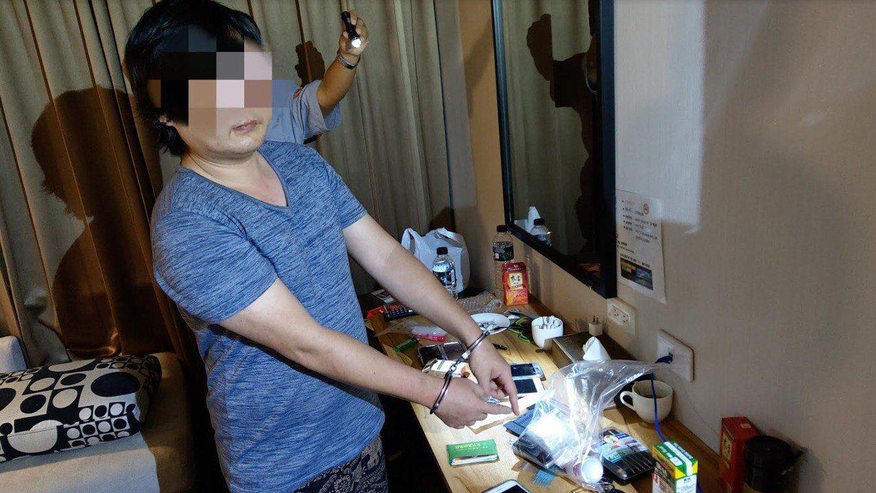蔡姓男子在一間旅店內開趴被檢舉,警方查獲他為通緝犯並在房內發現毒品。記者張媛榆/...