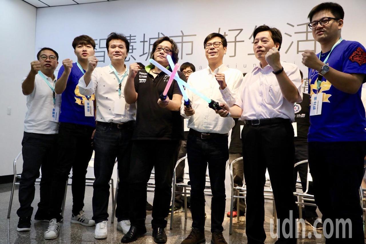 民進黨高雄市長參選人、立委陳其邁(右三)今發表電競政策。記者蔡孟妤/攝影