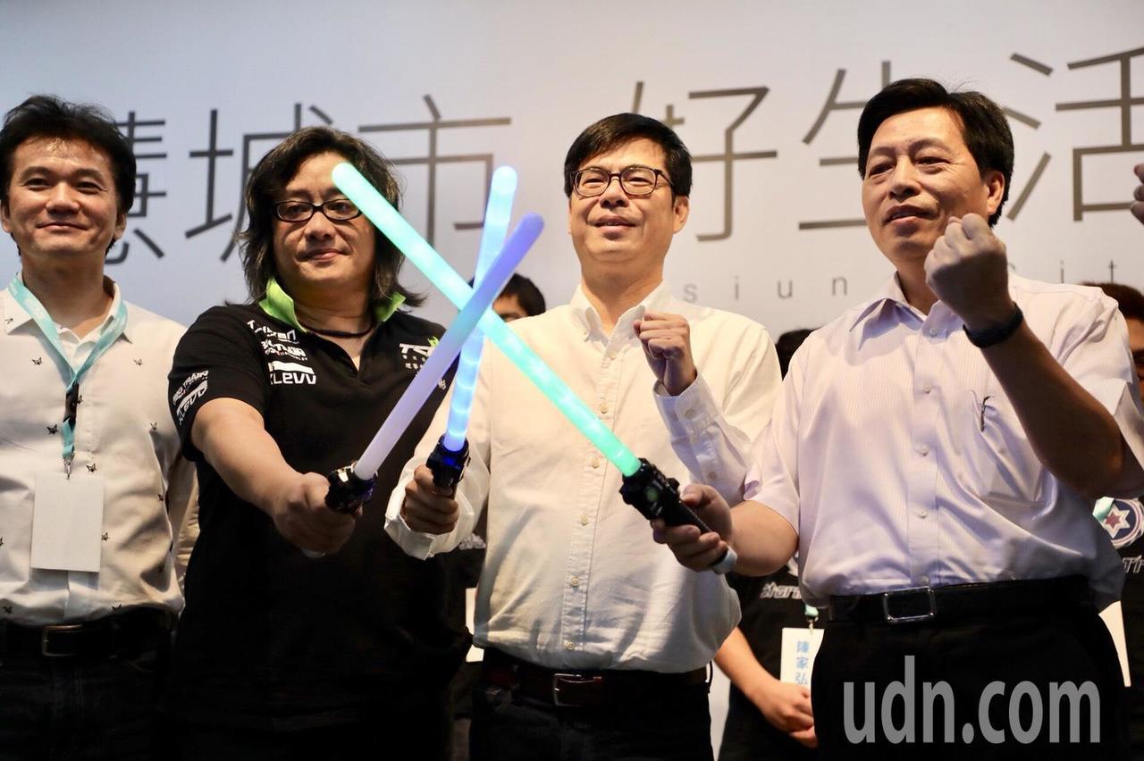 民進黨高雄市長參選人、立委陳其邁(右二)今發表電競政策。記者蔡孟妤/攝影