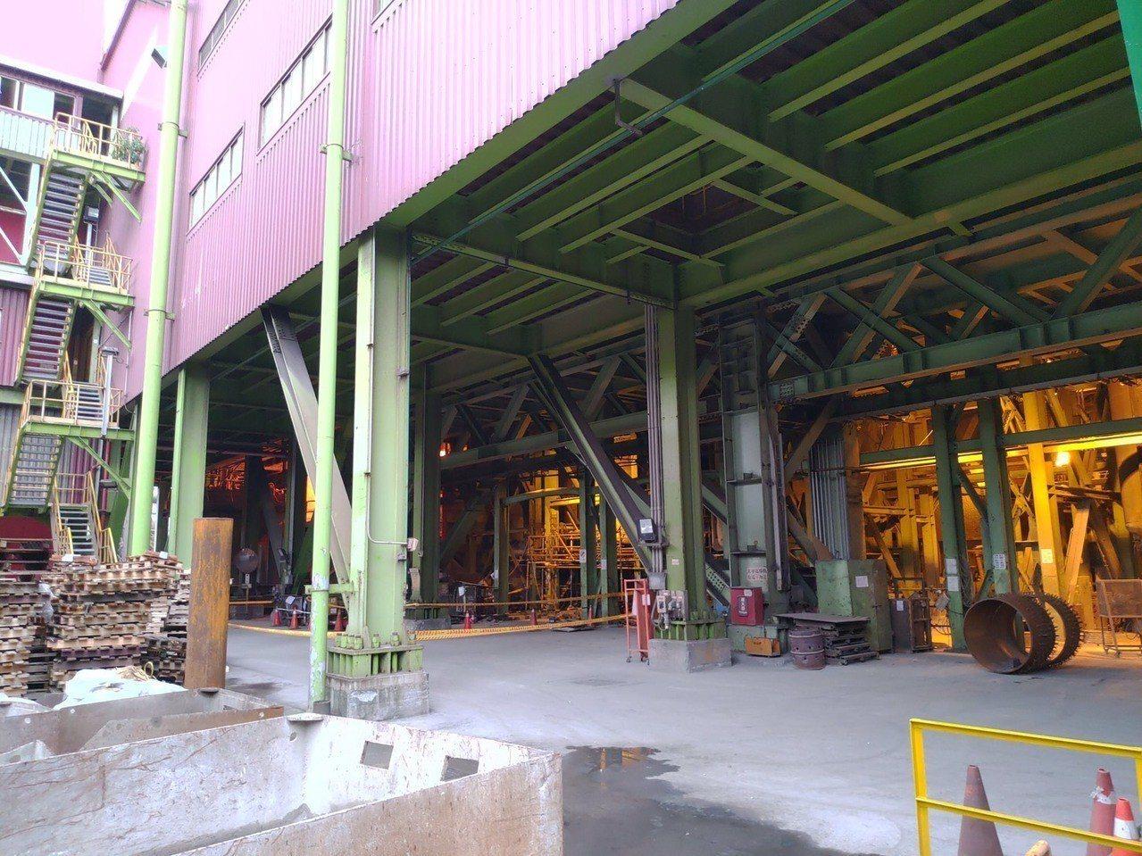 中鋼公司煉鋼廠發生意外,三名員工在公司執行真空處理槽檢修作業時遭耐火磚砸中頭部。...