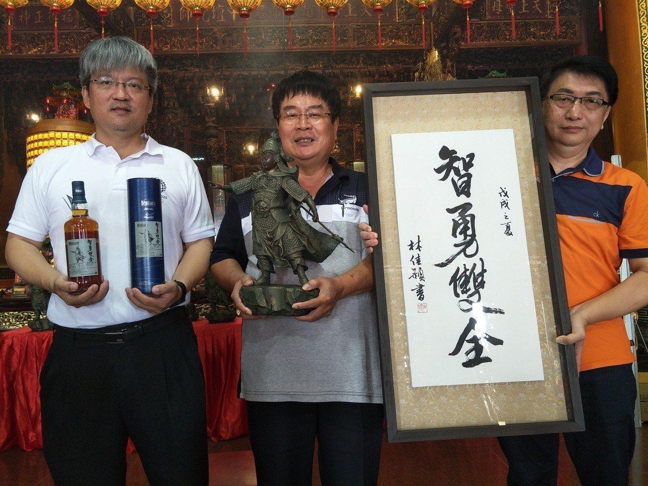 佳里永昌宮發表主祀的趙子龍銅雕第二版及限量紀念酒。記者謝進盛╱攝影