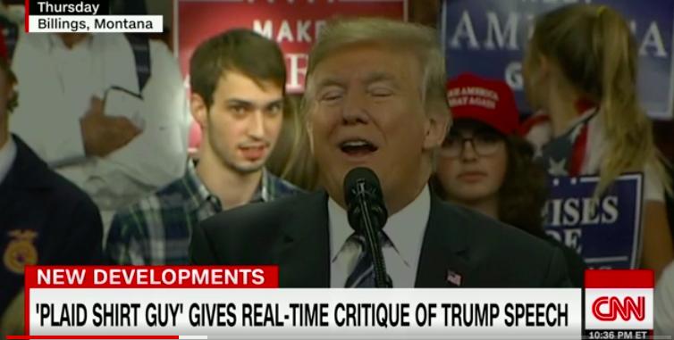 美國總統川普5日在蒙大拿州的造勢場合發表演說,站在他正後方的一位穿格子襯衫的年輕...