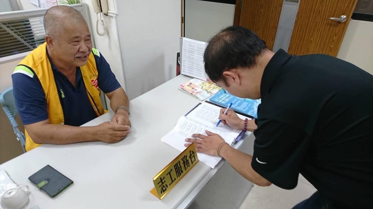 劉榮發(左)投身勞工志工服務長達16年,站在服務台第一線,傾聽勞工朋友心聲、分憂...