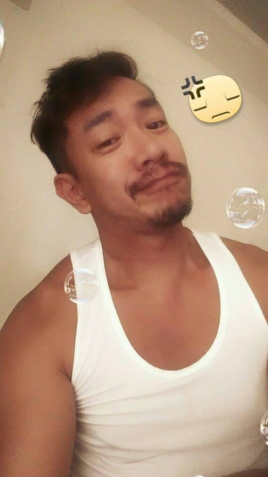 江俊翰遭警方盤查時也是穿著這身白背心。圖/摘自臉書