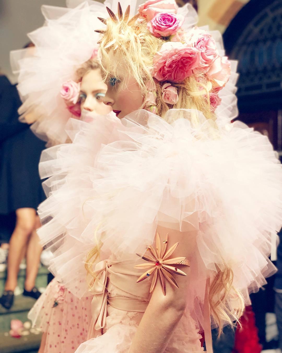 2019春夏季的RODARTE服裝仍是花朵、紗裙交織的浪漫。圖/取自IG