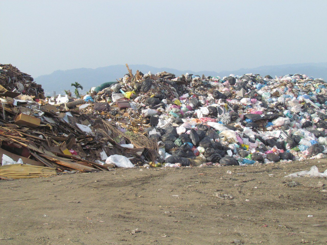南投縣草屯鎮垃圾堆放1萬7千噸,環保署今天派人前來協助處理。記者張家樂/攝影