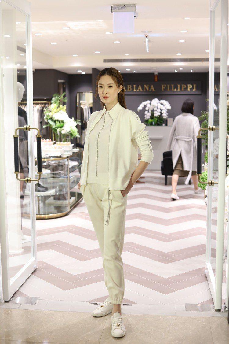 吳品萱身穿白色上衣34,700元、白色拉鍊外套35,100元和白色縮口褲32,1...