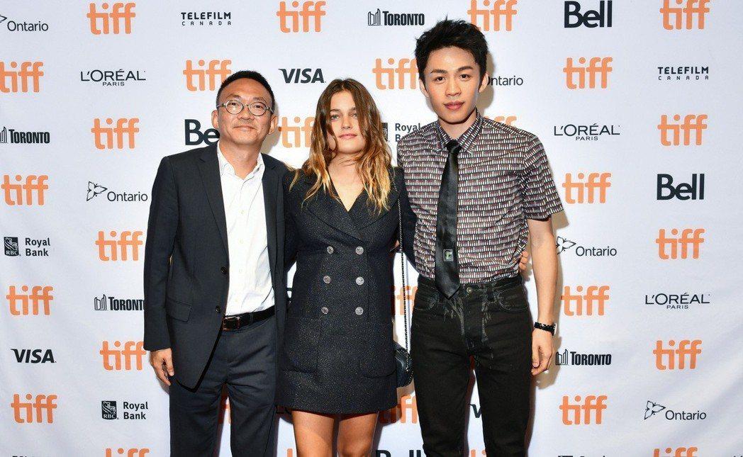 左起導演何蔚庭、女主角Louise、男主角李鴻其參加多倫多影展。圖/牽猴子提供